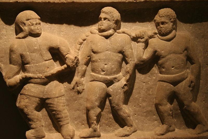 Los Romanos como todo imperio con un poder centralizado construían magníficos edificios y se organizaban en sociedades muy jerarquizadas y desiguales. Imagen: Soldado romano arrastrando esclavos encadenados (Wikimedia Commons. Autor: Jun, en Flickr).