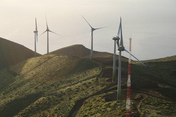 Molinos eólicos de la central de 'Gorona del viento'. Fuente: Wikimedia Commons (Autor: Casacanarias).