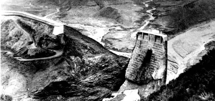Vista de la presa de St. Francis (Cañón de S. Francisquito, California), apenas unas horas después de su catastrófico colapso el 12 de marzo de 1928). Murieron varios cientos de personas.