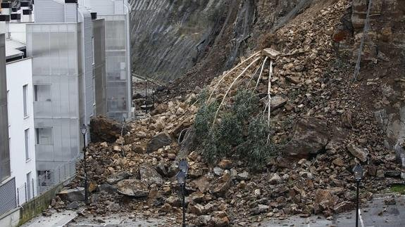Euskadi es un territorio donde siempre se convivió con las montañas, incluso después de excavar, vaciar e invadir sus laderas, con la orografía más abrupta del Estado en las zonas urbanas y las mayores tasas de densidad de población, los embates climáticos traen todos los años catástrofes como las de Ondarroa (Vizcaya) en 2016. El ser humano, gracias a la disponibilidad de energía barata y abundante, no sólo conquistó espacios nunca considerados antes del 'boom' fosilístico, sino que  fue capaz a través de su ingenio y el constante flujo de energía versátil utilizada para sostenimiento 'mantener a raya' a unas configuraciones urbanas conquistadas cercanas a estados metaestables.