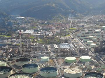 Vista de la refinería de Petronor junto a Muskiz