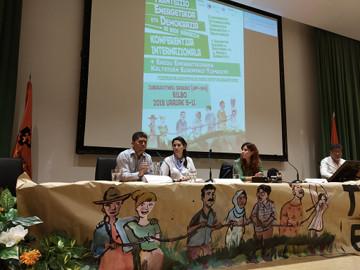 Pablo Fajardo (UDAPT) junto a Tchenna Maso ( MAB), Daniel Chávez (TNI) y la presentadora Izaro Gorostidi