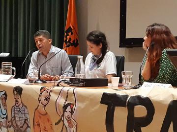 Pablo Fajardo (UDAPT) junto a Tchena Masso (MAB) y la presentadora Izaro Gorostidi