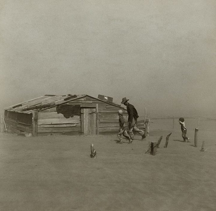 Un granjero y sus dos hijos durante una tormenta de polvo en el condado de Cimarron, Oklahoma, 1936. Foto: Arthur Rothstein.