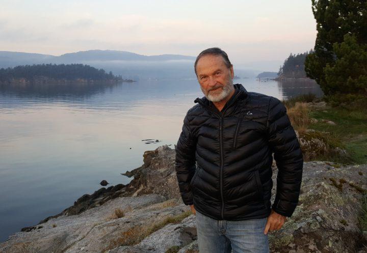 El economista ecológico de la UBC William E. Rees, co-creador del concepto de la huella ecológica, tiene malas noticias para los tecno-optimistas. Foto en la Isla de Salt Spring proporcionada por W. Rees.