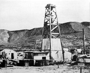 Primer pozo de petróleo abierto en Comodoro Rivadavia (Cubut, Argentina)