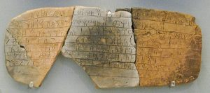 Lineal B es una escritura silábica que se usó para escribir griego micénico, la forma más antigua atestiguada de griego. La escritura es anterior al alfabeto griego por varios siglos. La escritura micénica más antigua data de alrededor de 1450 a. C. Fuente: Wikimedia Commons