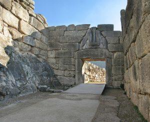 La Puerta de los Leones fue, en la Edad de Bronce, la entrada principal a la ciudadela de Micenas en el sur de Grecia. Fue construida en el siglo XIII a. C. Fuente: Wikimedia Commons