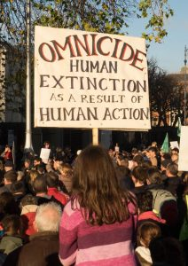Cartel contra el omnicidio, en Extinction Rebellion (2018).