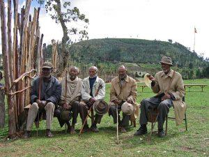 Ancianos de un pueblo participan de un entrenamiento para trabajadores del área de la salud rural en Etiopía.