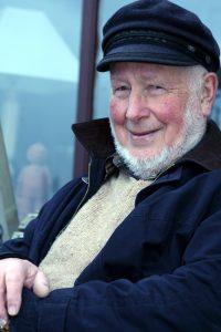 Julian Tudor Hart médico rural inglés que enunció la Ley de cuidados inversos.