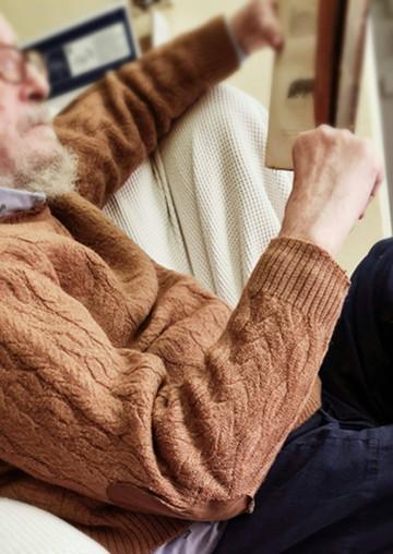 El autor con su jersey raído de alpaca