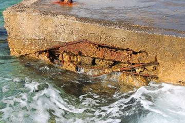 Estructura de hormigón gravemente deteriorada por la acción del mar. Fuente: Wikimedia Commons.