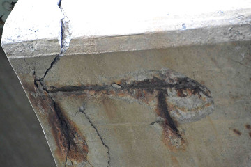 Estrcutura de hormigón deteriorada. Fuente: Wikimedia Commons.