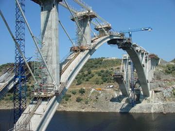 Puente sobre el río Almonte. Fuente: Wikimedia Commons