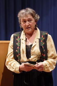 """Lynn Margulis impartiendo la conferencia inaugural del I Curso de formación en Actualidad Científica: """"La ciencia en la cultura contemporánea. El ejemplo de las arenas vivas"""". Esta conferencia sirvió también de acto inaugural del III Congreso de Comunicación Social de la Ciencias"""