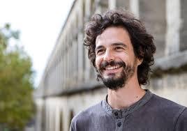 Pablo Servigne, nacido en 1978 en Versalles, es un autor y conferenciante francés. Le interesan las cuestiones de transición ecológica, agroecología, colapsología y resiliencia colectiva.